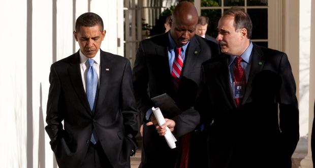 Mit David Axelrod (r.) und Reggie Love (M.) haben zwei Obama-Vertraute ein Buch geschrieben. Foto: Official White House Photo by Pete Souza