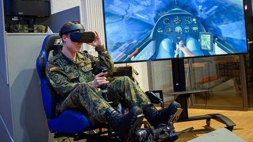 Nicht alle Innovationen, die das Cyber Innovation Hub der Bundeswehr testet, schaffen es auch in den Alltag der Soldaten. Hier führen Mitarbeiter einen Flugsimulator vor. (c) picture alliance/dpa/Gregor Fischer