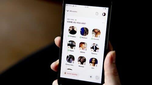 Ein Iphone mit der App Clubhouse. Stilecht mit Sprung im  Bildschirm. (c) picture alliance / Robin Utrecht
